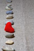 coração vermelho na linha vertical de pedras foto