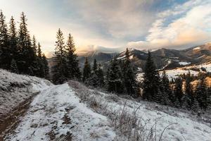bela paisagem de inverno nas montanhas