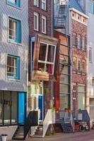 linha de casas holandesas canal contemporâneo em Amsterdã