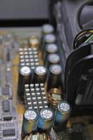 capacitores em uma placa de circuito, placa de computador foto