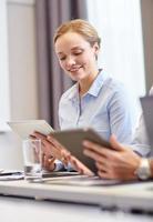mulher sorridente segurando o tablet pc computador foto
