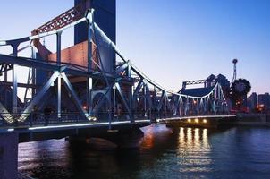 ponte de libertação de Tianjin à noite foto