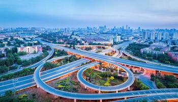 vista panorâmica da estrada de intercâmbio da cidade foto