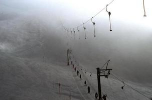 reboque de esqui e esquiadores foto