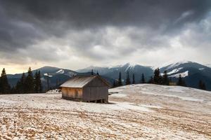 casa de madeira na floresta de inverno
