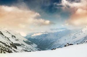 desfiladeiro de montanha de inverno ao pôr do sol