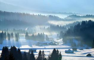 raios de sol sobre os Alpes de inverno