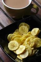 chips de banana - bolachas feitas de bananas cruas foto