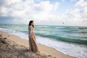 moça de vestido na praia foto
