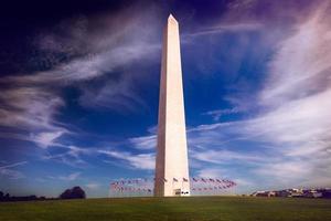 monumento de washington e bandeiras americanas foto