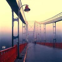 antiga ponte pedonal em kiev foto