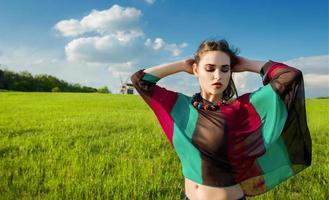 jovem bonita com longos cabelos escuros no campo verde foto