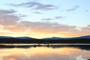 pôr do sol sobre o lago foto