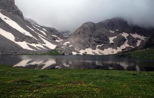 montanhas e lago foto