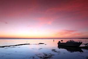 pôr do sol na costa da rocha, lago baikal, rússia foto