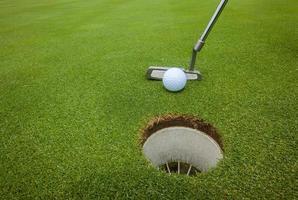 buraco da bola de taco de golfe foto