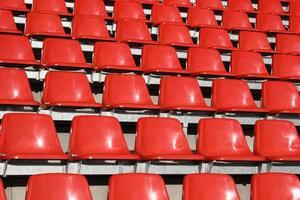 sitzschalen em einem fussballstadion foto