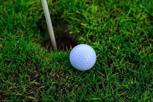 buraco de bola de golfe em um campo foto