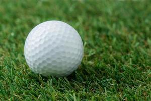 bola de golfe em campo verde foto