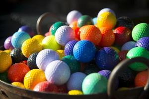 bolas de golfe coloridas foto