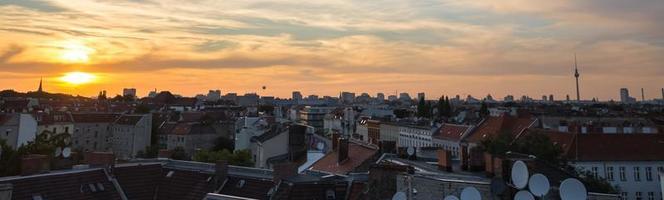 pôr do sol paisagem urbana de berlim foto