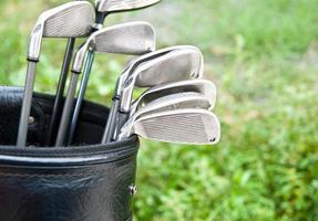 close-up de tacos de golfe no saco de golfe foto