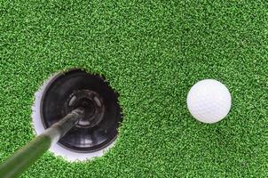 bola e buraco de golfe foto