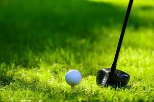 clube de golfe e bola de golfe foto