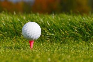 bola de golfe no tee foto
