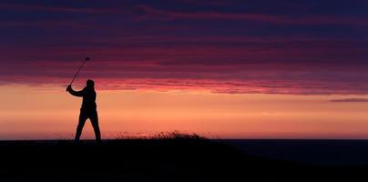 movimentação final do dia do golfista no por do sol. foto
