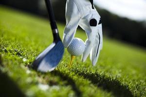 mão e bola de golfe foto