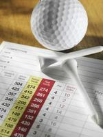 taco de golfe e bola com um cartão de pontuação foto