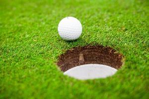 bola de golfe no prado verde. foto