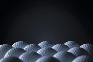 grupo de bolas de golfe isoladas no fundo preto.