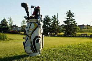 saco de golfe no curso foto