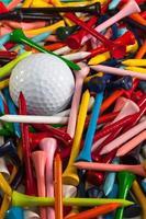 várias camisetas de golfe em madeira e bola branca foto
