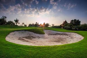 pôr do sol no campo de golfe