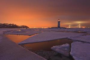 paisagem de inverno com vista para o farol foto