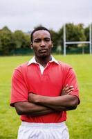 jogador de rugby resistente pronto para jogar foto