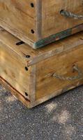 caixas de madeira velhas com alças de corda na rua foto
