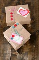 caixas de presente de papel com fundo de madeira