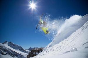 esquiador nas montanhas altas foto
