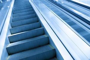 escada rolante em movimento