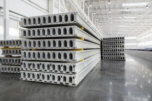 pilha de lajes de concreto armado em uma oficina da fábrica de construção de casas foto