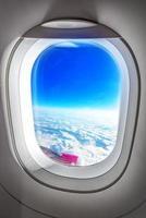 janela de vigia de avião e nuvens de verão