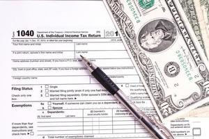 formulário e dinheiro foto