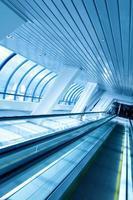 escada rolante em movimento no aeroporto