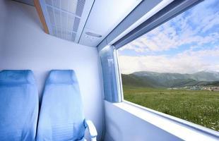 paisagem fora do trem de alta velocidade foto