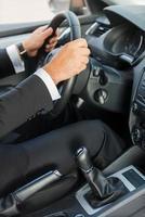 homem dirigindo um carro. foto