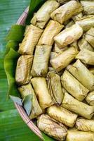 arroz pegajoso cozido no vapor em folha de bananeira